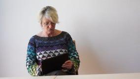 Dojrzała kobieta z pastylka komputerem osobistym zbiory wideo