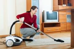 Dojrzała kobieta z próżniowym cleaner Fotografia Stock