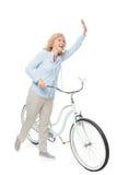 Dojrzała kobieta z rowerem obraz royalty free