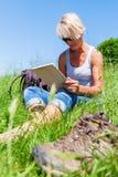 Dojrzała kobieta z stołowym komputerem osobistym przy wycieczkuje odpoczynkiem Zdjęcia Stock