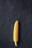 Dojrzała kukurudza na cobs na czerń kamienia tła odgórnego widoku copyspace Zdjęcie Royalty Free