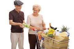 Dojrzała mężczyzna seansu paczka jabłka starsza kobieta z zakupy Zdjęcie Stock