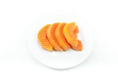 Dojrzała melonowiec owoc pokrajać na białym naczyniu na bielu zdjęcia stock