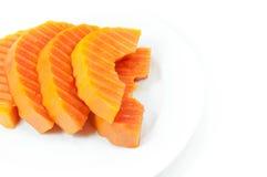 Dojrzała melonowiec owoc pokrajać na białym naczyniu na bielu obraz stock