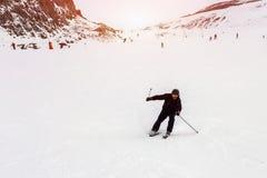 Dojrzała narciarka spadać podczas zjazdowego przy ośrodkiem narciarskim w zimie Wypadek przy narciarskim skłonem należnym odpinać fotografia royalty free