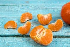 Dojrzała pomarańczowa świeża mandarynka, czysta mandarynka, mandarynka plasterki na drewnianym tle, obrazy royalty free