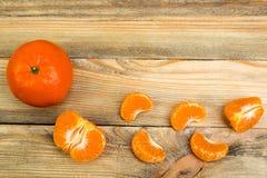 Dojrzała pomarańczowa świeża mandarynka, czysta mandarynka, mandarynka plasterki na drewnianym tle, Odgórny widok fotografia royalty free