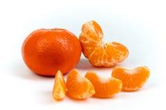 Dojrzała pomarańczowa świeża mandarynka, czysta mandarynka, mandarynka plasterki, odizolowywający na białym tle obraz royalty free