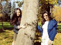 Dojrzała real matka z córką na zewnątrz jesień spadku w parku obrazy royalty free