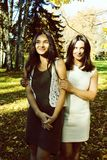 Dojrzała real matka z córką na zewnątrz jesień spadku w parku zdjęcie royalty free