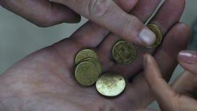 Dojrzała rodzinna para liczy ich nędzną emeryturę, ciężka emerytura, ubóstwo zdjęcie wideo
