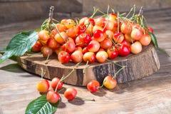 Dojrzała soczysta wiśnia na drewnianym stojaku Fotografia Stock