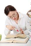 Dojrzała studencka kobieta jest uczy się przy biurkiem fotografia stock