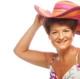 Dojrzała szczęśliwa kobieta z różowym kapeluszem Obraz Royalty Free