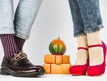 Dojrzałe banie i nogi młoda para w eleganckich butach obraz stock