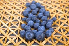 Dojrzałe czarne jagody na słomy macie Zdjęcia Stock