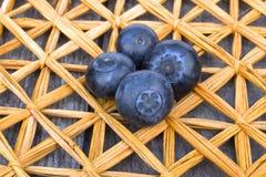 Dojrzałe czarne jagody na słomy macie Zdjęcie Stock