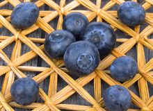 Dojrzałe czarne jagody na słomy macie Fotografia Stock