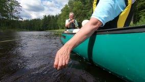 Dojrzałe kajakarstwo na jeziorze leśnym w Finlandii zbiory wideo