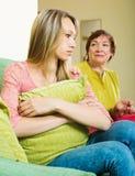 Dojrzałe kobiet próby godzą z dorosłą córką Zdjęcia Stock