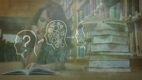 Dojrzałe kobiety czyta w bibliotece z rysunkową animacją na przedpolu