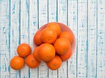Dojrzałe mandarynki ampuła rozmiar w talerzu na drewnianym stole w Francuskim stylu Fotografia Royalty Free