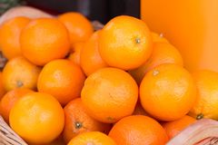 Dojrzałe pomarańcze na sprzedaży przy rynkiem zdjęcia stock