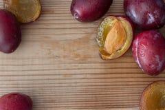 Dojrzałe purpurowe śliwki na stole zdjęcia royalty free