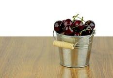 Dojrzałe soczyste słodkie wiśnie w małym metalu forsują Fotografia Stock
