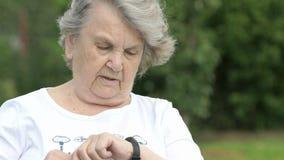 Dojrzałe starych kobiet przedstawień aprobaty podpisują outdoors zbiory