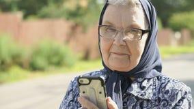 Dojrzałe starych kobiet przedstawień aprobaty podpisują outdoors zdjęcie wideo