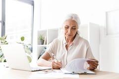 Dojrzałe szczęśliwe kobiety writing notatki Fotografia Stock