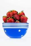 Dojrzałe truskawki w błękitnym i białym pucharze odizolowywającym na białym b Zdjęcie Royalty Free