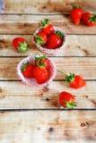 Dojrzałe truskawki w papierowym słodka bułeczka naczyniu Obraz Royalty Free