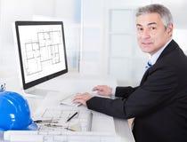Dojrzałego architekta męski działanie przy biurkiem Obraz Royalty Free