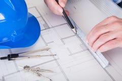 Dojrzałego architekta męski działanie przy biurkiem Zdjęcie Royalty Free