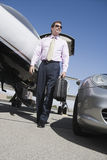 Dojrzałego biznesu odprowadzenie Przy lotniskiem Fotografia Royalty Free
