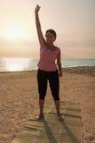 Dojrzałej kobiety ćwiczy joga w parku Zdjęcie Royalty Free