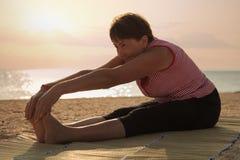 Dojrzałej kobiety ćwiczy joga w parku Zdjęcia Royalty Free