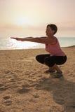 Dojrzałej kobiety ćwiczy joga w parku Zdjęcia Stock