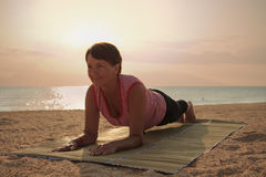 Dojrzałej kobiety ćwiczy joga w parku Zdjęcie Stock