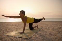 Dojrzałej kobiety ćwiczy joga w parku Obrazy Stock