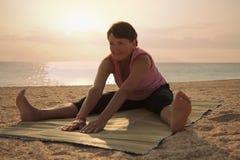 Dojrzałej kobiety ćwiczy joga w parku Fotografia Stock