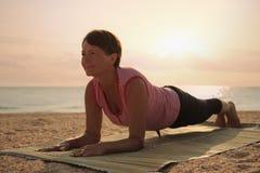 Dojrzałej kobiety ćwiczy joga w parku Obrazy Royalty Free