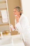 Dojrzałej kobiety łazienki czysty twarzy makijażu usunięcie Fotografia Royalty Free