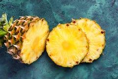 Dojrzały świeży ananas na stole obrazy stock