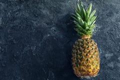 Dojrzały świeży ananas na stole obraz stock