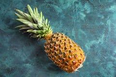 Dojrzały świeży ananas na stole obraz royalty free