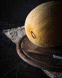 Dojrzały żółty melon na ciemnym tle sztuki pięknej kamery oczu mody pełne splendoru zieleni klucza wargi target1847_0_ depresję r Zdjęcia Stock