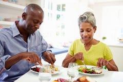 Dojrzały amerykanin afrykańskiego pochodzenia pary łasowania posiłek W Domu zdjęcie stock